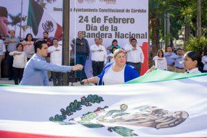 PRESIDENTA MUNICIPAL DE CÓRDOBA ABANDERA CERCA DE 50 ESCOLTAS