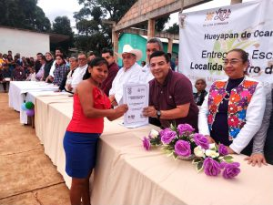 EN HUEYAPAN DE OCAMPO, GÓMEZ CAZARÍN ENTREGA ESCRITURAS PARA BENEFICIO DE 200 HABITANTES