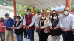 Entrega SEV y ayuntamiento de Huiloapan rehabilitación de primaria y dan banderazo a nuevas obras.