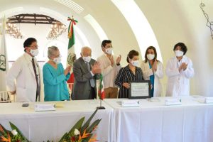 IMSS rinde homenaje póstumo a 153 médicos y destaca hazaña del doctor Rubén Argüero, pionero en trasplantes de corazón.