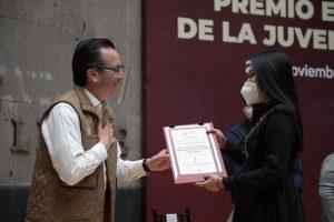 Gobernador Cuitláhuac García entrega el Premio Estatal de la Juventud 2020.