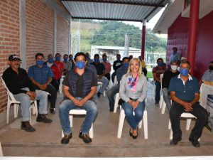 Productores de Alpatláhuac reciben capacitación sobre el cultivo de aguacate.