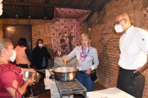 En Chicola reciben talleres de cocina y regularización gracias al Grupo TIAMAT A. C.