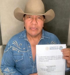 Lupe Esparza invita a que se registren para la vacuna contra COVID.