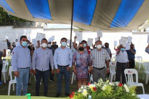 Autoridades de Atzacan entregan escrituras en la localidad de Dos Ríos.