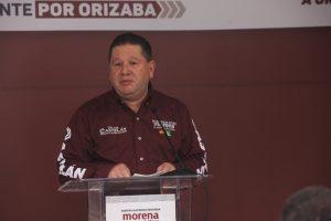 Se comprometen meseros con Víctor Castelán.