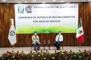Reciben trabajadores del IMSS reconocimientos por años de servicio.