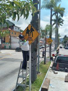 La delegación estatal de tránsito de Río Blanco rehabilita señalamientos viales a fin de prevenir accidentes.